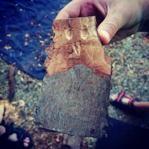Holzstück mit geschnitztem Gesicht