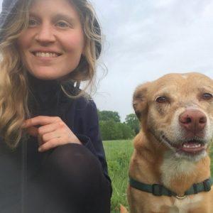 Paula Roesch mit Hund